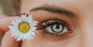 Blue eye with a daisy flower